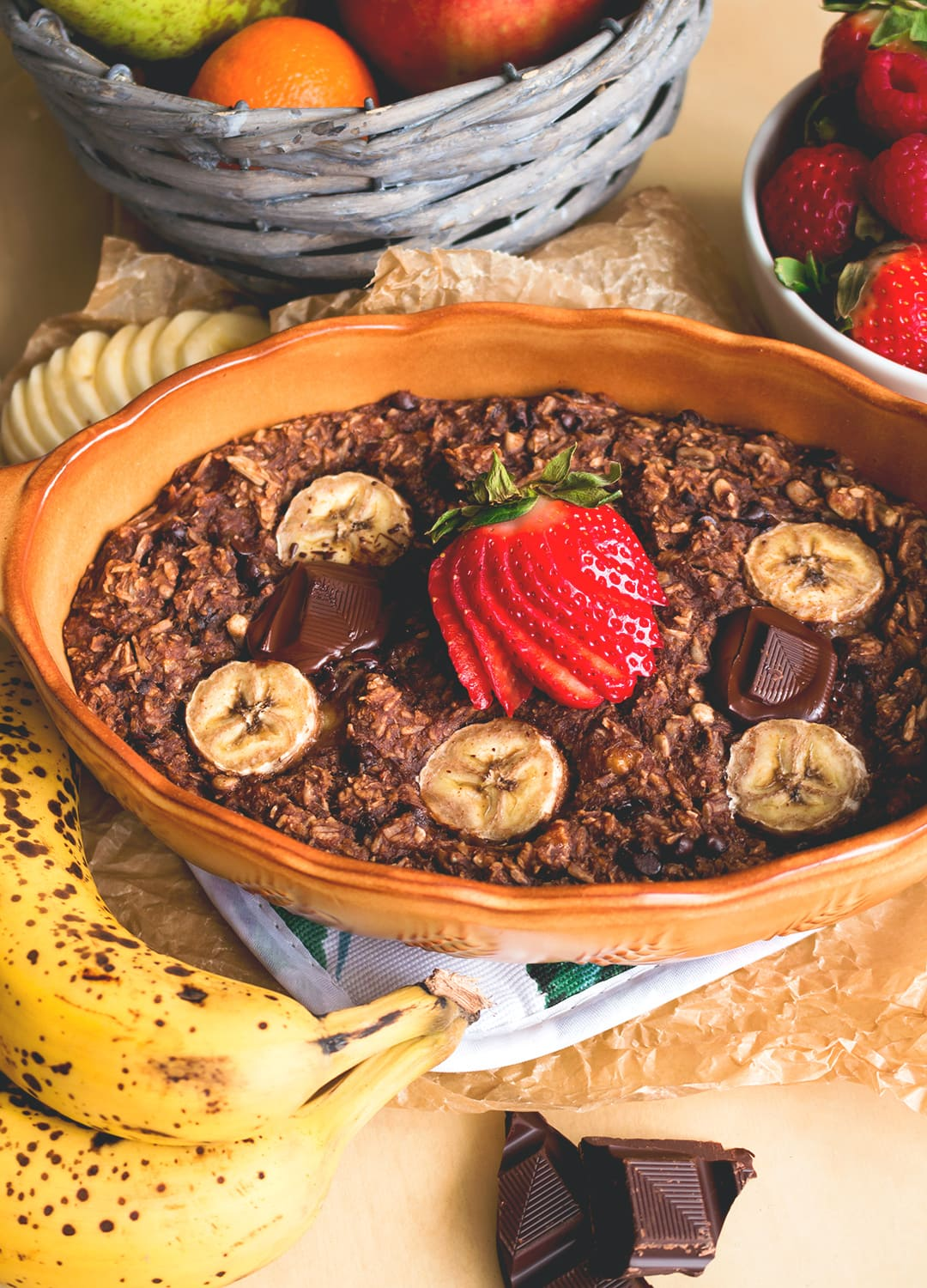 Chocolate Maca Baked Oatmeal - delicious nutirious baked oatmeal recipe you'r going to love! Full of superfoods, really tasty, and easy to make! | thehealthfulideas.com