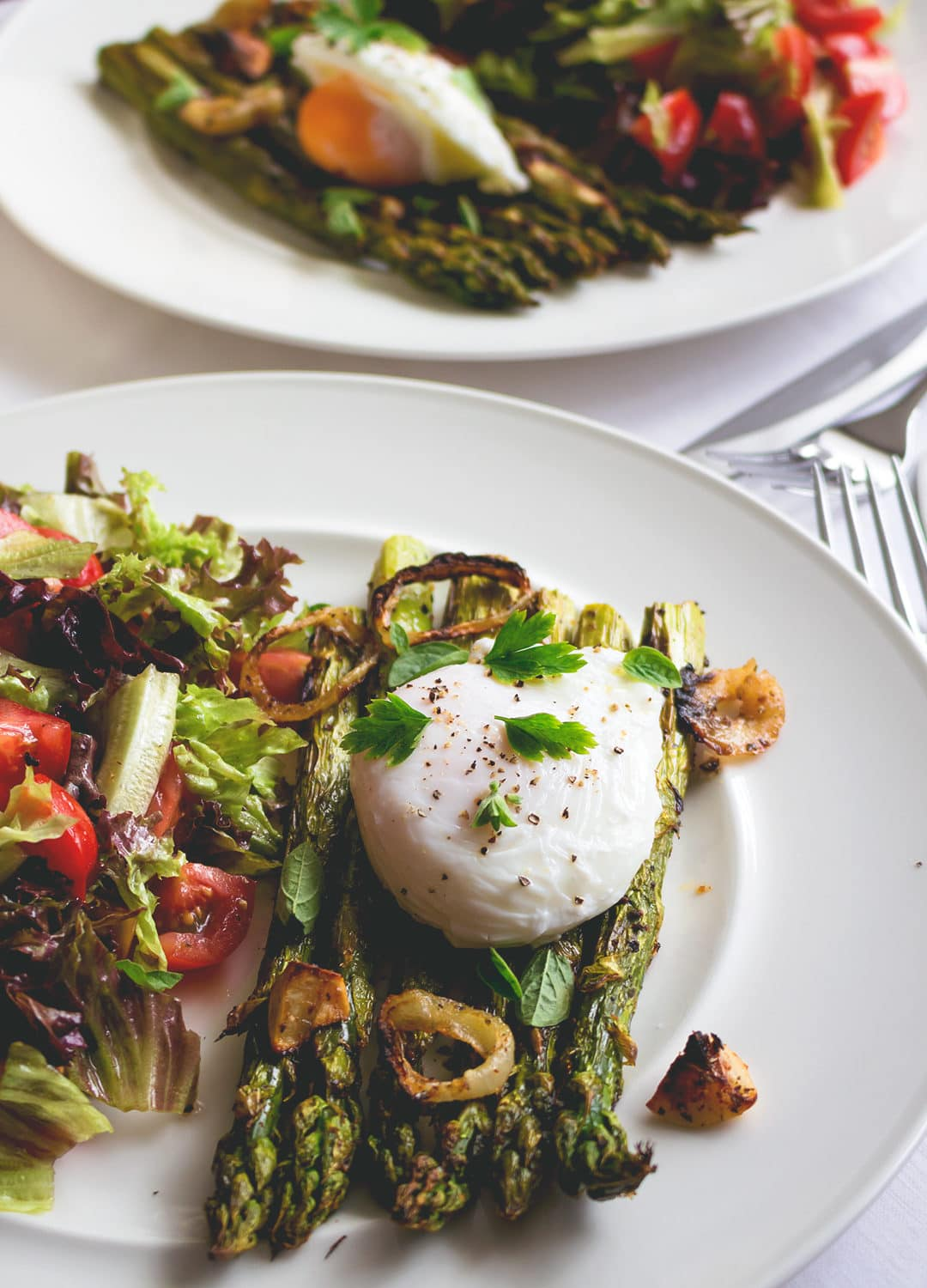 Grilled Asparagus with Poached Egg and Greens - delicious savory breakfast or bruch when you're craving something fancier. Healthy and actually really easy to make! We love this recipe! | thehealthfulideas.com