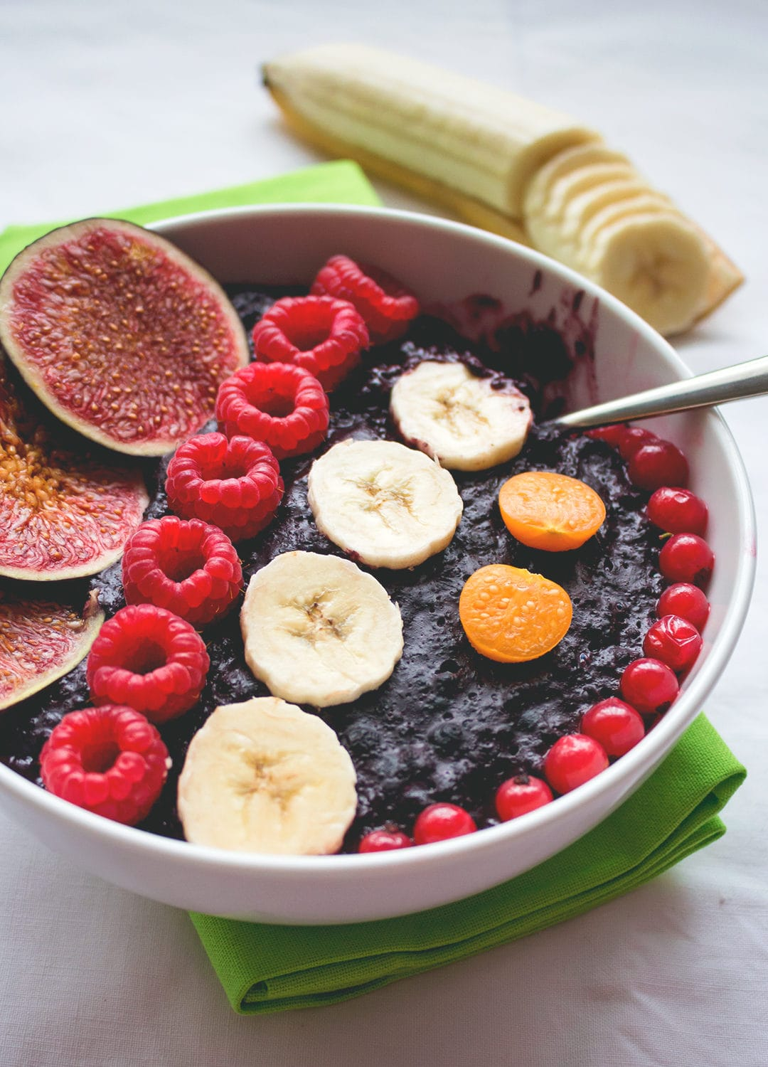 Cherry Blueberry Oatmeal with Acai - blueberries, cherries, and acai create such a delicious combination, you won't believe you aren't eating a dessert! Vegan and gluten free recipe. | thehealthfulideas.com
