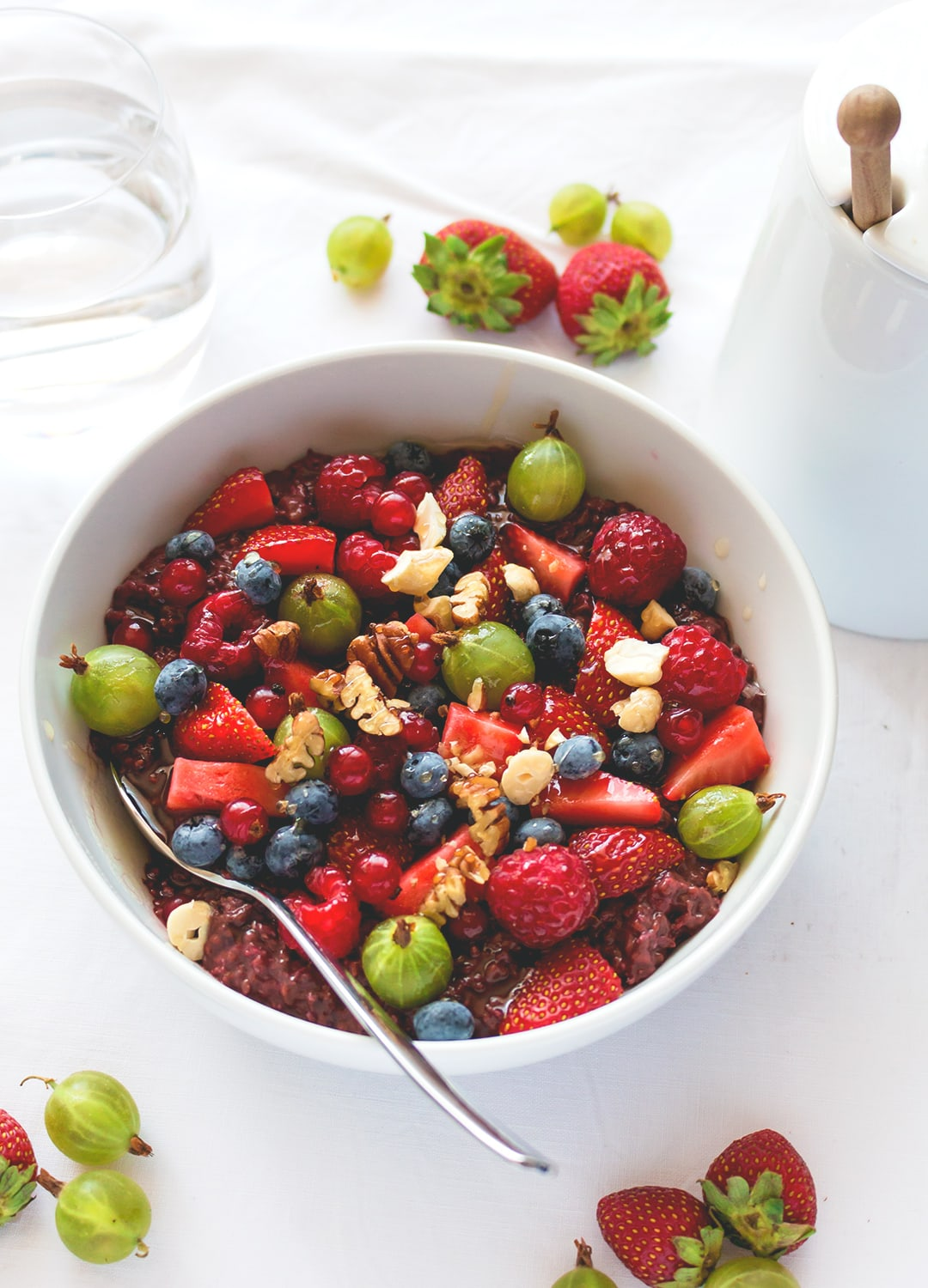 Raspberry Chia Overnight Oats with Acai - the best breakfast to start your day right. Full of raspberries, cacao, acai, and chia seeds. YUM! We love this recipe!  thehealthfulideas.com