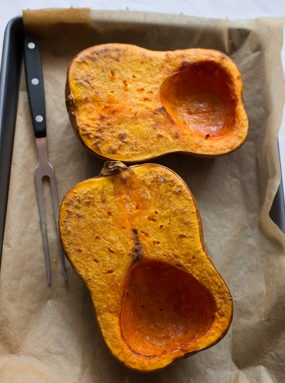 Vegan Creamy Roasted Butternut Squash Soup - roasting the squash - delicious and easy fall recipe and the ultime comfort food! It's freezer friendly so you can double the recipe to enjoy it later.   thehealthfulideas.com