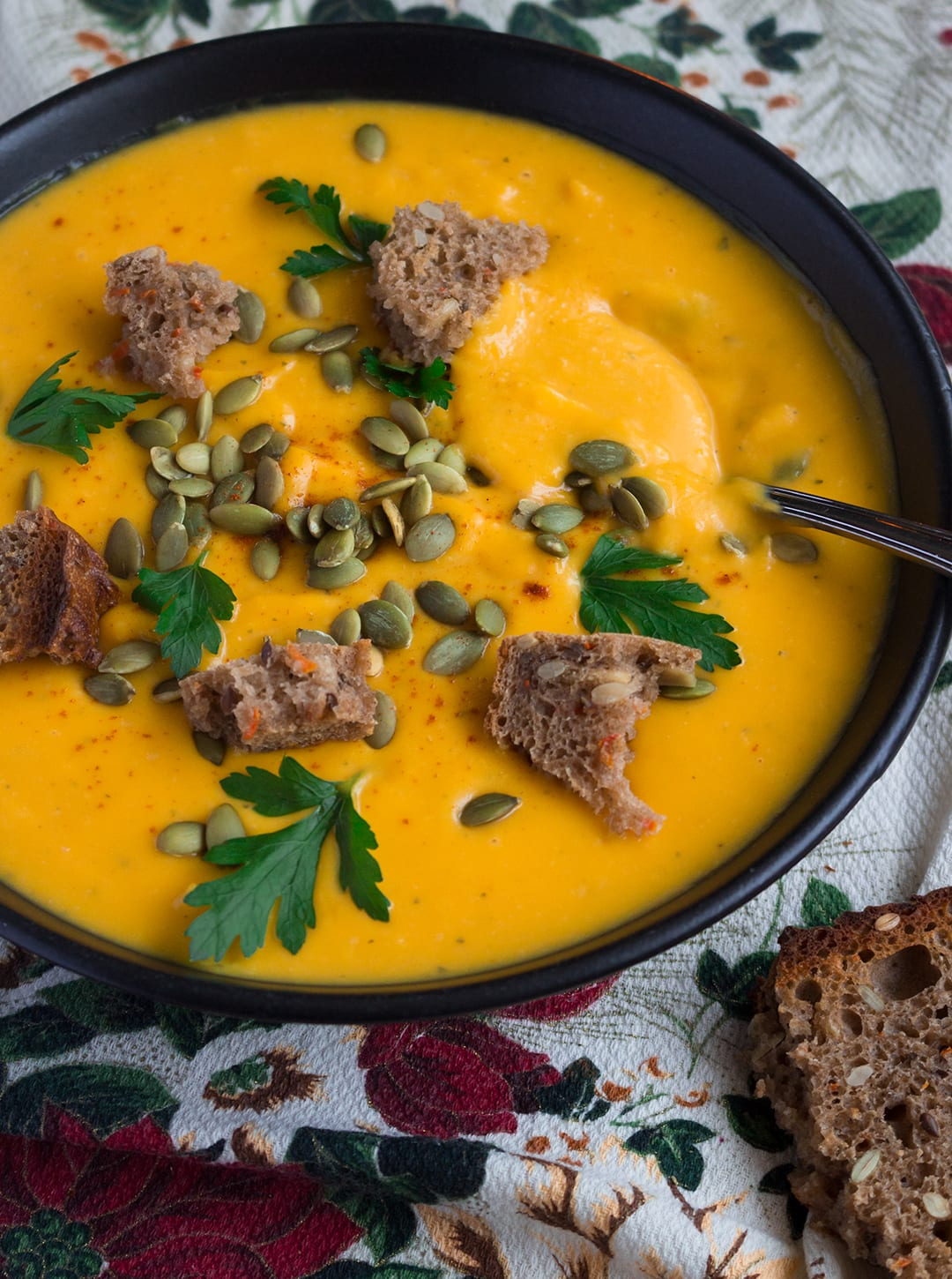 Vegan Creamy Roasted Butternut Squash Soup - delicious and easy fall recipe and the ultime comfort food! It's freezer friendly so you can double the recipe to enjoy it later.   thehealthfulideas.com