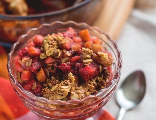 Cardamom Raspberry Apple Crumble - delicious and healthy twist on regular apple crumble. The cardamom with combination with the raspberries give it a great flavor and the oats a great crunch. (Vegan and Gluten-free!) | thehealthfulideas.com