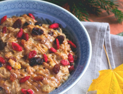 Apple Pie Oatmeal with Raisins and Goji Berries is the perfect breakfast for a gloomy Autumn day. It's easy, quick, delicious and really satisfying! I LOVE this recipe! | thehealthfulideas.com