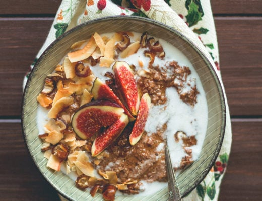 Gingerbread Quinoa Porridge with Toasted Coconut Flakes - vegan GF, and absolutely delicious. The PERFECT Christmas festive porridge! Creamy, spiced to perfection, sweet, satisfying, hearty, and filling. | thehealthfulideas.com