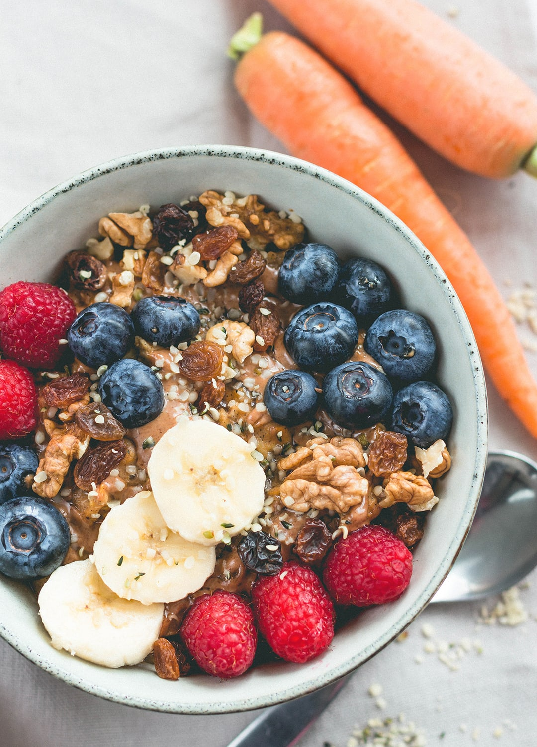 21 Oatmeal Recipes You Need To Try (vegan, gluten-free) - every flavor you can think of! With chocolate, berries, tropical fruit, chia seeds, acai, superfoods, spices, and remakes of famous desserts! Made with oats, buckwheat, or quinoa. Delicious! | thehealthfulideas.com