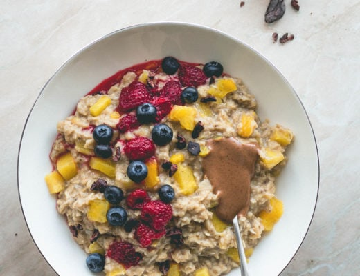 Pineapple Vanilla Oatmeal (vegan, gluten-free) - the best tropical breakfast! Only a few simple ingredients and 15 minutes to make. This pina colada oatmeal is really easy to make and super delicious! You'll love this recipe! | thehealthfulideas.com