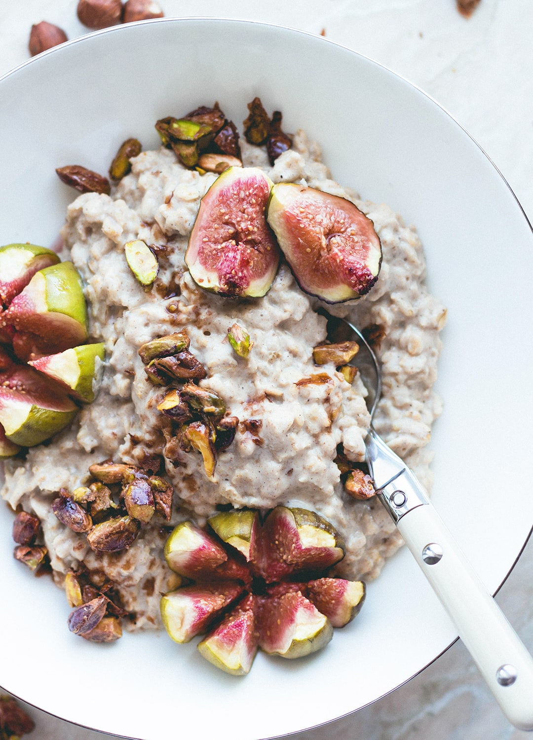 Hazelnut Oatmeal with Caramelized Pistachios and figs (vegan, GF) - delicious simple oatmeal. Filling, comforting, satisfying, and absolutely scrumptious! Super easy recipe! | thehealthfulideas.com